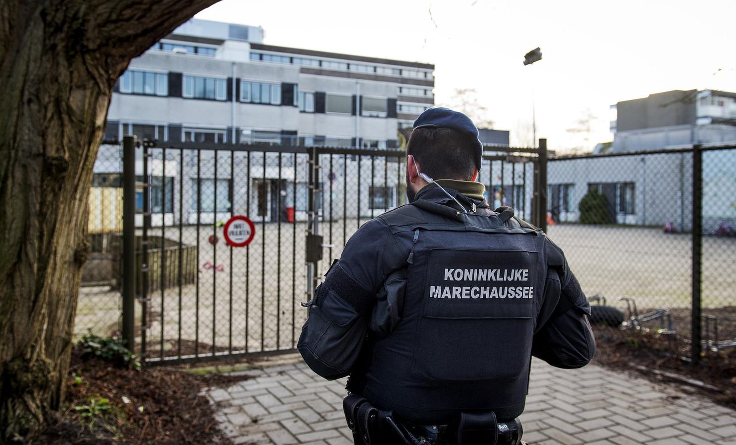 Leden van de koninklijke marechaussee bewaken het gebouw van de Amsterdamse orthodox-joodse school Cheider