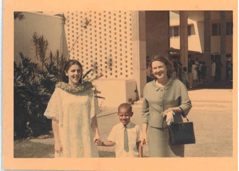 Barack Obama met zijn moeder Ann Dunham (links) en grootmoeder Madelyn Lee Payne Dunham. Beeld Familiearchief Obama-Robinson