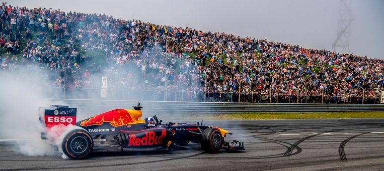 2018-05-20 14:27:50 ZANDVOORT - Max Verstappen tijdens driftdemo bij de Jumbo Familie Racedagen op het Circuit Park Zandvoort. ANP ROBIN UTRECHT Beeld ANP