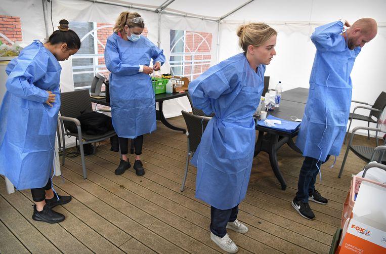 Als vaccinatie van de kwetsbaarste groepen niet mogelijk zou zijn, adviseerde de Gezondheidsraad te beginnen bij de 'beschermingsring' van zorgpersoneel en mantelzorgers.  Beeld Marcel van den Bergh