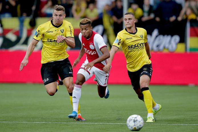 Damian van Bruggen (rechts) in duel met David Neres.