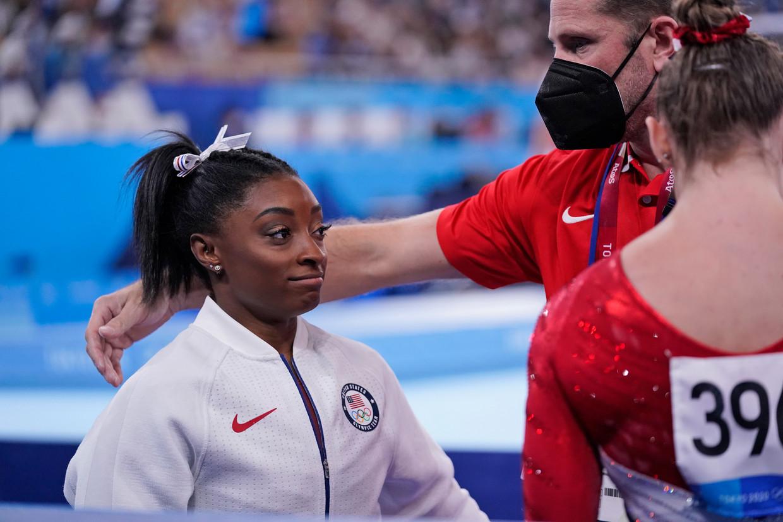 """Topfavoriet Simone Biles trok zich terug uit de teamfinale wegens """"een blessure aan haar trots"""". Beeld AP"""