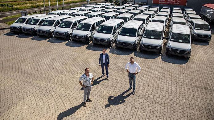 Vorig jaar werden nog tientallen nieuwe Mercedessen Vito aan TCR geleverd. Op de voorgrond directeuren Bas en Marc Roescher en Patrick van Ommen van Mercedes-dealer Wensink.