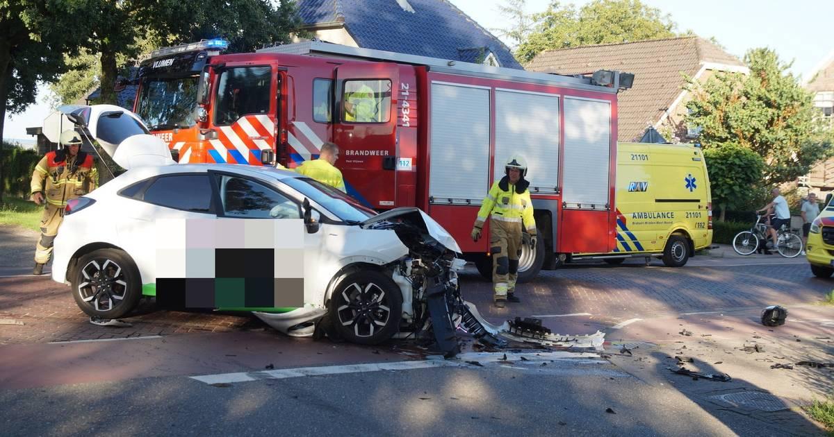 Twee gewonden door flinke botsing tussen twee autos op Rolderhoofdweg in Assen.