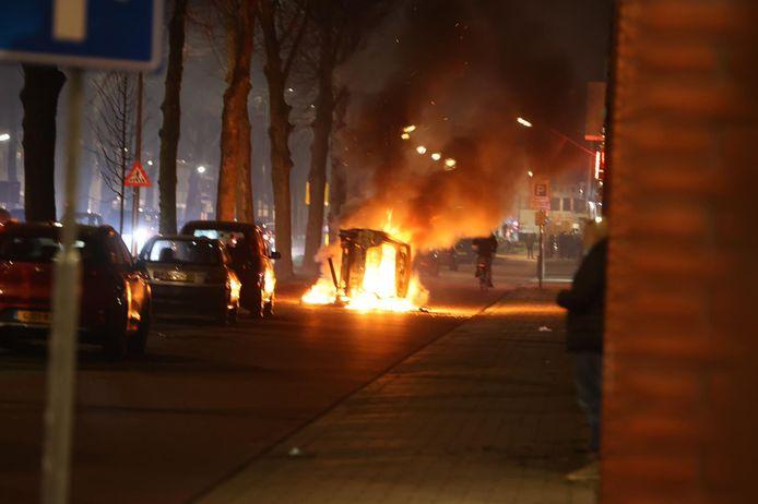 De brandende auto op de Graafseweg in Den Bosch.