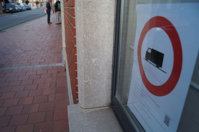 Aan liefst 200 ramen hangt deze affiche