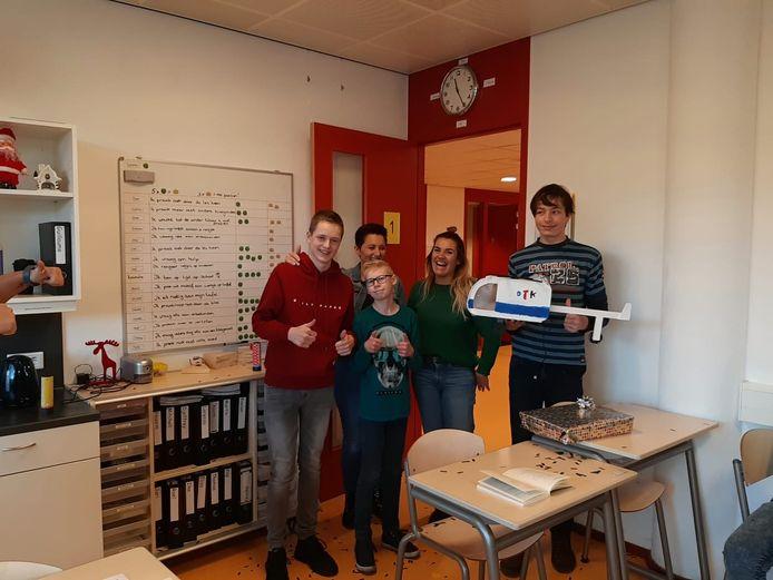 De winnende leerlingen en een deel van de jury.