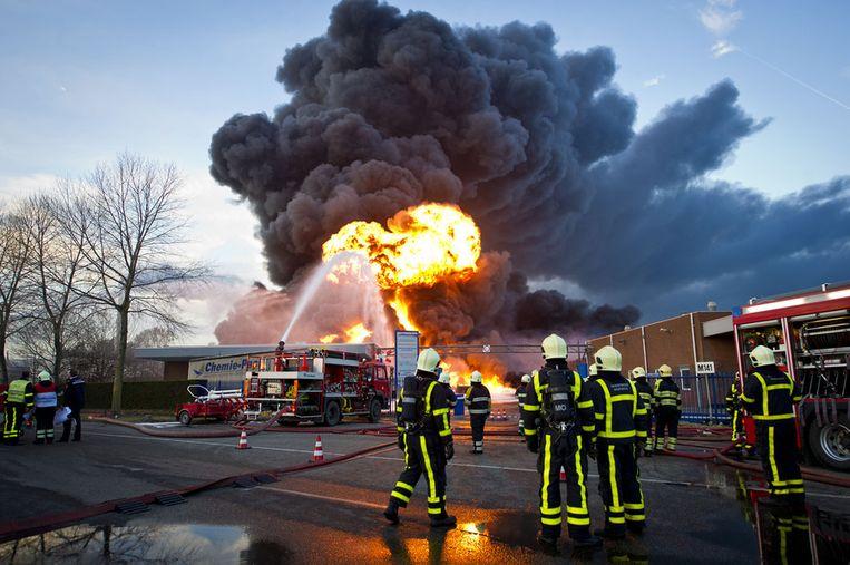 Brandweerlieden bestrijden de brand die woedt bij chemisch bedrijf Chemie-Pack op het industrieterrein aan de Vlasweg in Moerdijk. Beeld anp