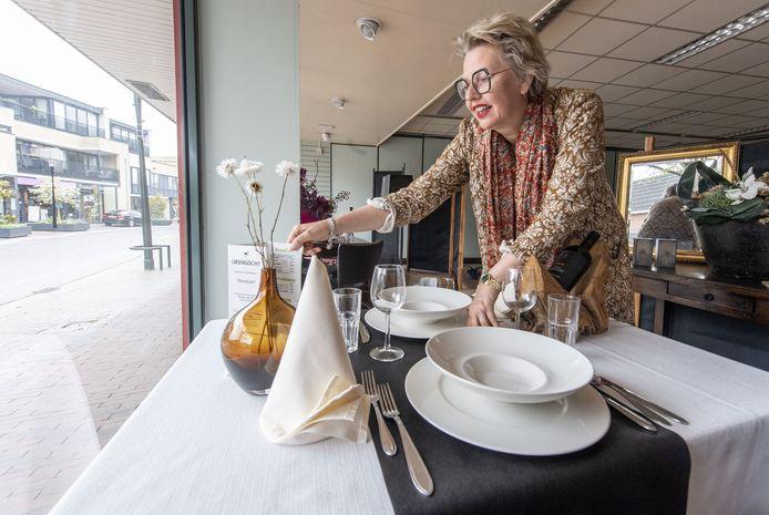 Marieke Altena legt de laatste hand aan de etalage van de voormalige Marskramer in Eibergen.
