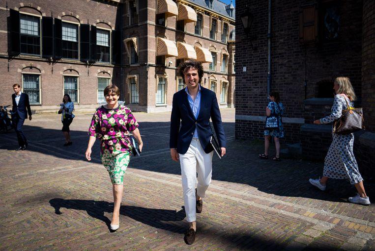 Onderhandelaars Jesse Klaver (GroenLinks) en Lilianne Ploumen (PvdA) op weg naar informateur Hamer voor een gesprek met VVD-leider Mark Rutte. Beeld Freek van den Bergh / de Volkskrant
