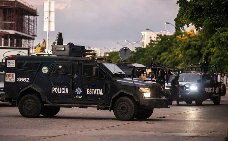 Mexicaanse staatspolitie in de straten van Culiacán na de arrestatie van een van de zoons van El Chapo.  Beeld AFP