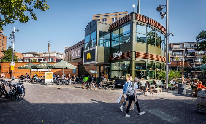 De enige centrumvestiging van McDonald's in Tilburg, op het Piusplein.