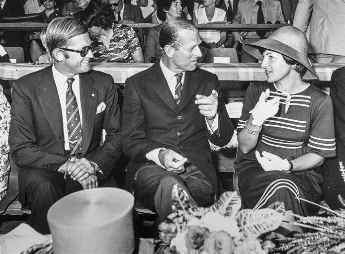 Pieter van Vollenhoven en prinses Margriet ontvangen prins Philip (midden) bij de opening van het WK vierspannen in 1976.