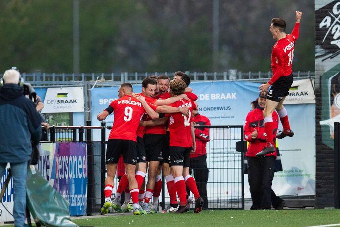 De spelers van Helmond Sport zijn uitzinnig van vreugde na de 1-0 van Alec Van Hoorenbeeck in de extra tijd.