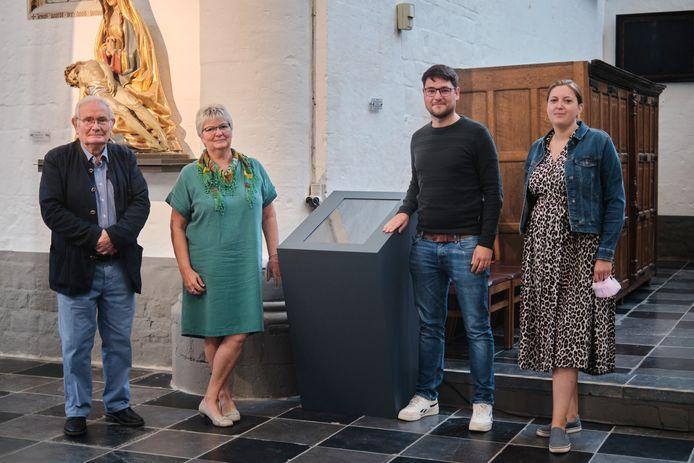 V.l.n.r.: Ward Hendrickx, secretaris vzw De vrienden van Zoutleeuw, Annita Reniers (CD&V), schepen van Toerisme, Tom Cornelissen en Femke Herbots, medewerkers bij IOED Zuid-Hageland.