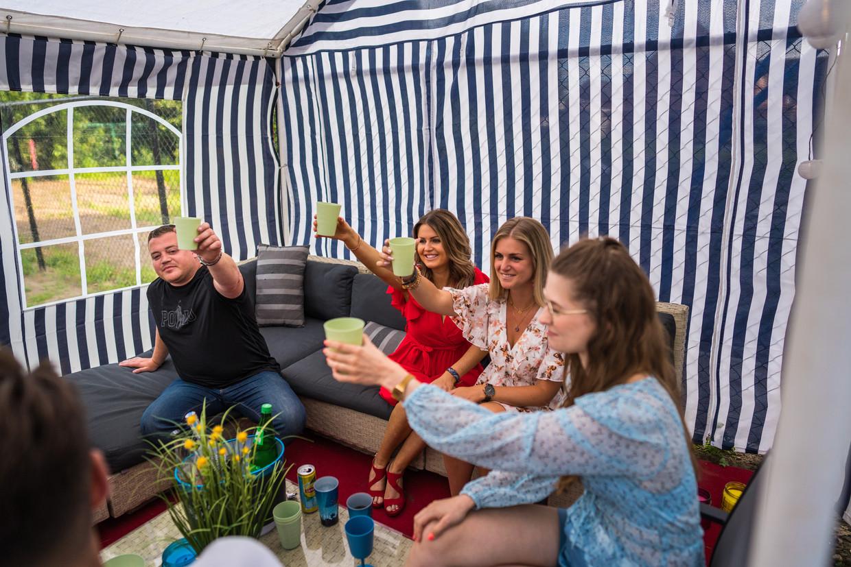 De virtuele editie van Tomorrowland in de feesttent van Jess De Ridder en zijn vrienden in Stekene.  Beeld Wouter Van Vooren