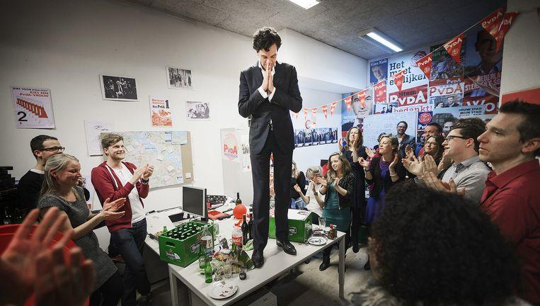 Pieter Hilhorst, met kort kapsel, ontvangt in maart 2014 applaus van zijn campagnestaf. Enkele uren later zou de dramatische uitslag bekend worden. Beeld Olivier Middendorp