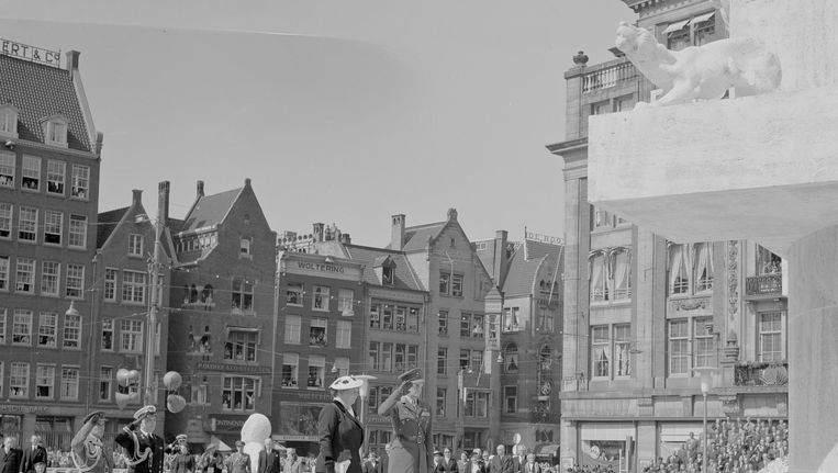 Koningin Juliana en prins Bernhard tijdens de nationale dodenherdenking en onthulling van het Nationaal Monument op de Dam. Het nieuwe monument werd ontworpen door architect J.J.P. Oud Beeld anp