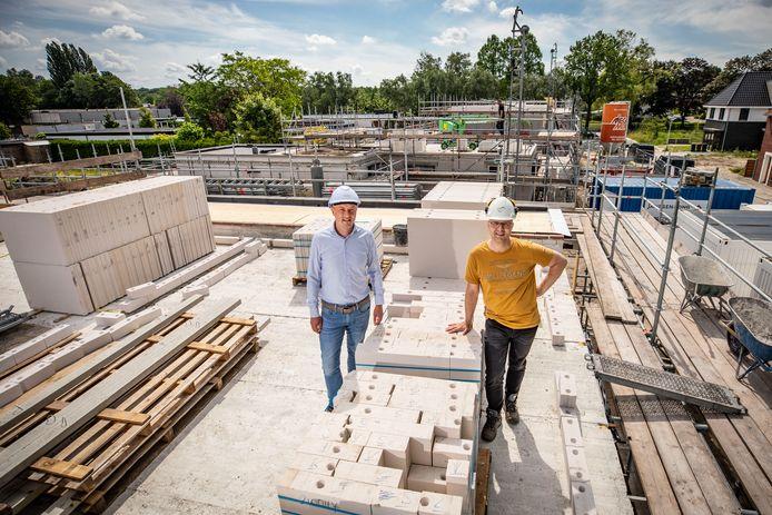 Rick Lohuis (links) van Janssen de Jong Bouw en Berno Greve van de gemeente Oldenzaal op de nieuwe woningen in Zuid-Berghuizen.