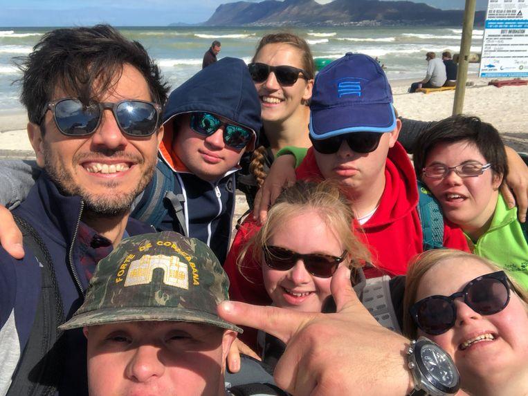 Dieter Coppens en de rest van de ploeg van 'Down The Road' keerden eerder dan voorzien terug naar huis uit Zuid-Afrika. Beeld © VRT - 2019