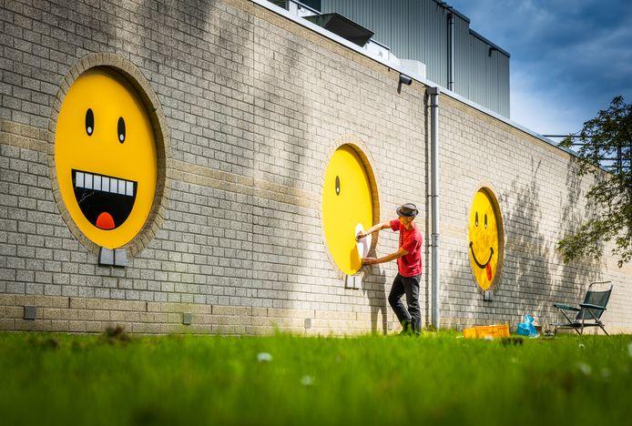 De cirkels op de zijmuur in de Zwijndrechtse Develhal zijn getransformeerd tot smileys, passanten reageren 'bijzonder vrolijk'.