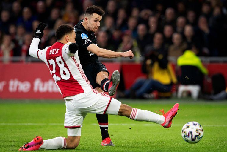Oussama Idrissi, nog voor AZ, in duel met Sergino Dest van Ajax.  Beeld Hollandse Hoogte /  ANP