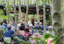 De Folkband Lena tijdens een optreden in het knusse bostheater op EEF.