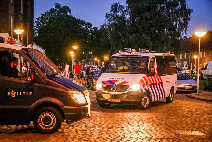 Noodverordening in Eindhoven, de ME staat met meerdere busjes in de straten rond een grote groep van zo'n 50 jongeren.