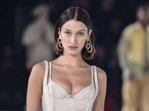 """Bella Hadid invitée à """"oublier sa culotte"""" lors d'un essayage chez Victoria's Secret"""