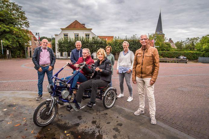 Gast Jos Steggink en fietsvrijwilliger Dianne van de Tuuk maken een rit door Borne. Ze worden uitgezwaaid door de bestuursleden van Fietsmaatjes Borne, van links naar rechts Helmut Lanfer, Hans Kamphuis, Corrie van Daalen, Joke Boevink en Jieles van Daalen.