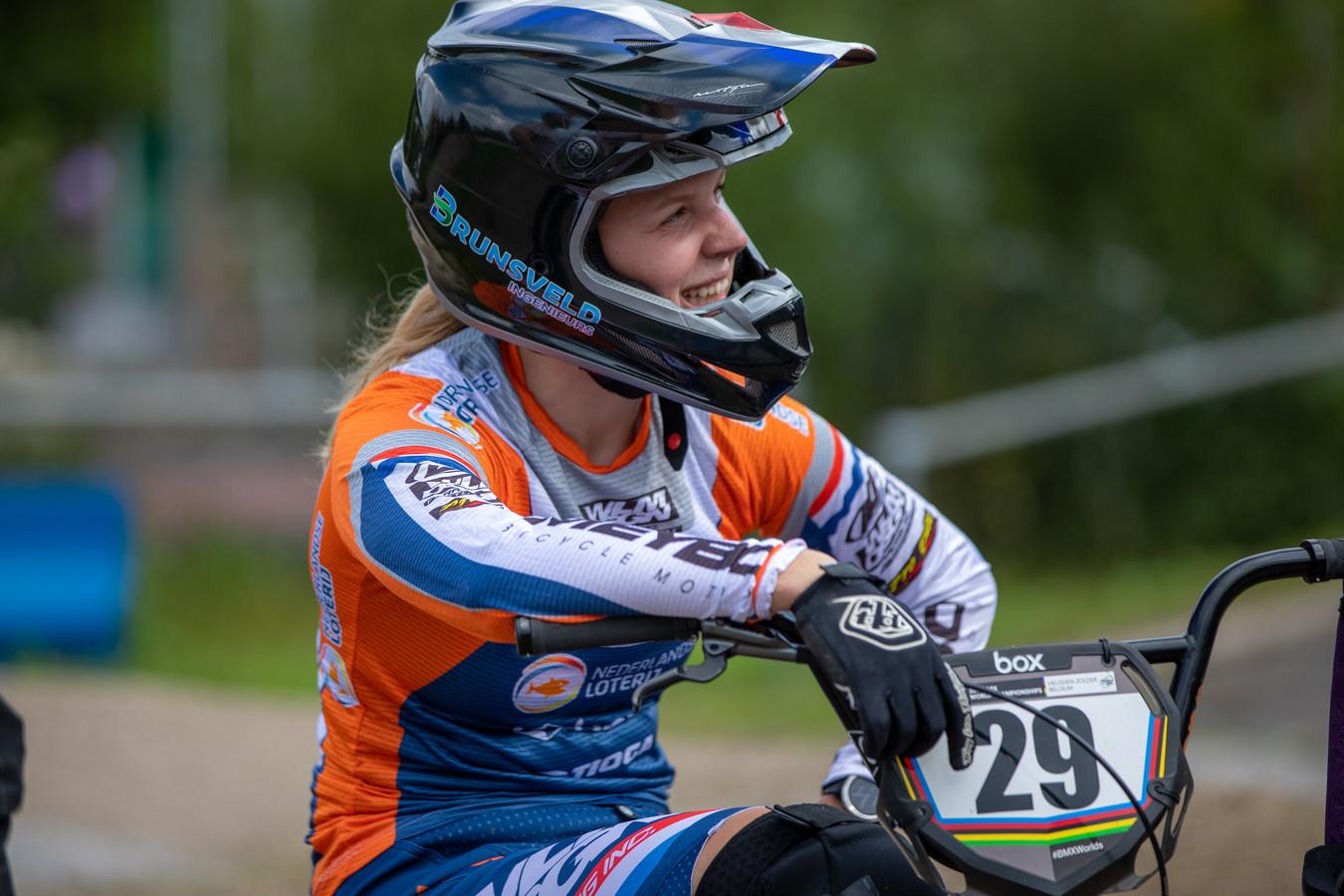 Ruby Huisman oogt ontspannen op een BMX-bijeenkomst op Papendal.