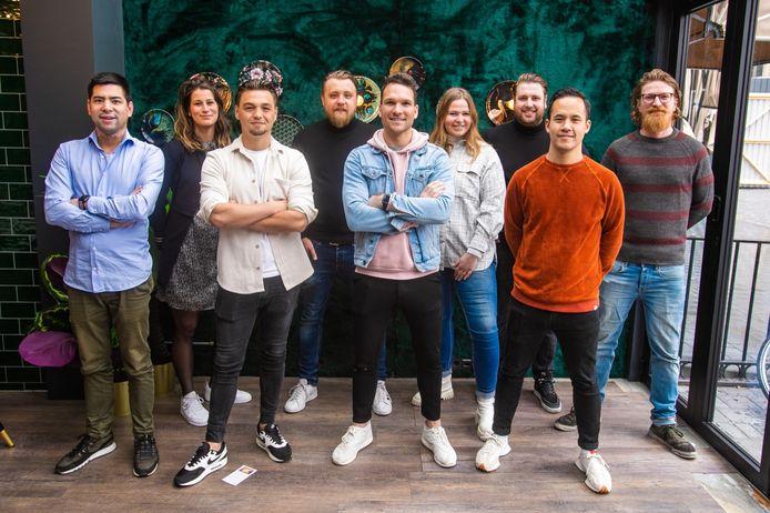 Acht Bossche horeca-ondernemers hebben zich verenigd in de Jonge Horeca Ondernemers. Op de achterste rij staat voorzitter Niels Geers in het midden.