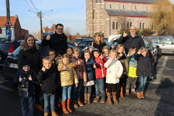Het eerste leerjaar op het plein, met schepen Ann Messelier, schepen Francis Watteeuw, directeur Bert en juf Lies. De leerlingen staan op de plaats waar de enige in- en uitrit komt.