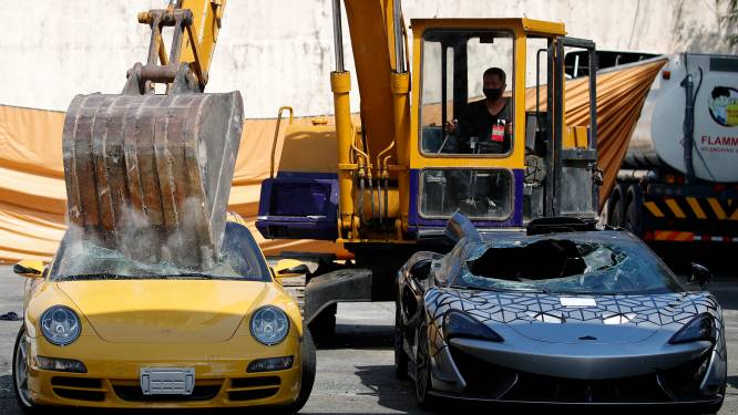 Pijnlijke beelden voor autofans: gesmokkelde luxewagens worden in Manilla met een kraan vernietigd