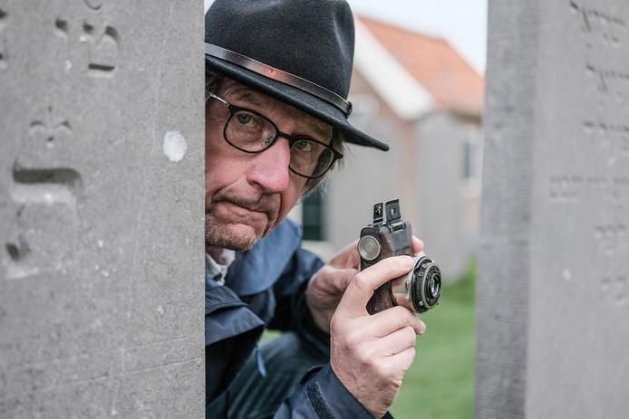 Ruud Smit fotografeert Joodse begraafplaatsen met een oude kolibri camera. Hij is bezig het verhaal uit te zoeken van de joodse Franziska Grün. Die ondergedoken zat bij zijn grootouders.