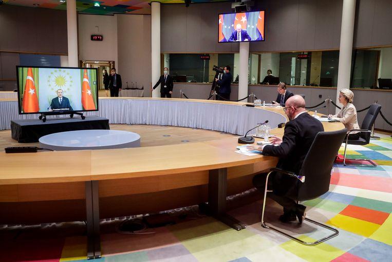 EU-leiders Charles Michel en Ursula von der Leyen spreken met de Turkse president Erdogan via een videoverbinding. Beeld EPA