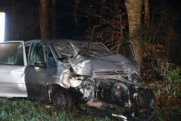 De automobilist is zwaargewond afgevoerd naar het ziekenhuis.
