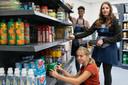 Lonneke, Abdi en Indy aan het werk in de winkel van de school.