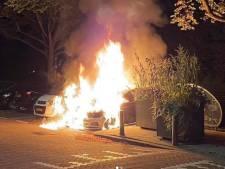 Twee auto's in vlammen op in Rotterdam-West, politie gaat uit van brandstichting