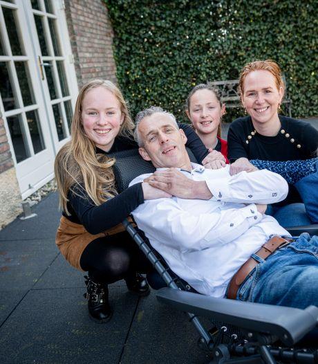 Dennis uit Haaksbergen kan alleen met aangepaste bus samen op stap: 'Ik moet hiermee leren leven'