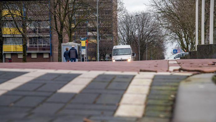 De bushalte aan de andere kant van de verkeersdrempel is onbereikbaar voor de nieuwe elektrische stadsbus.