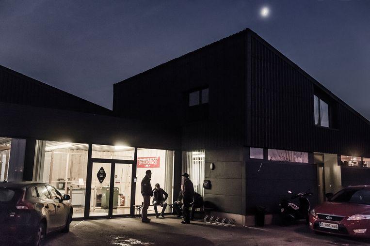 Pauze in het atelier in Veurne.  Beeld Karoly Effenberger