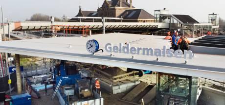 Station Geldermalsen heeft weer een naam én een klok