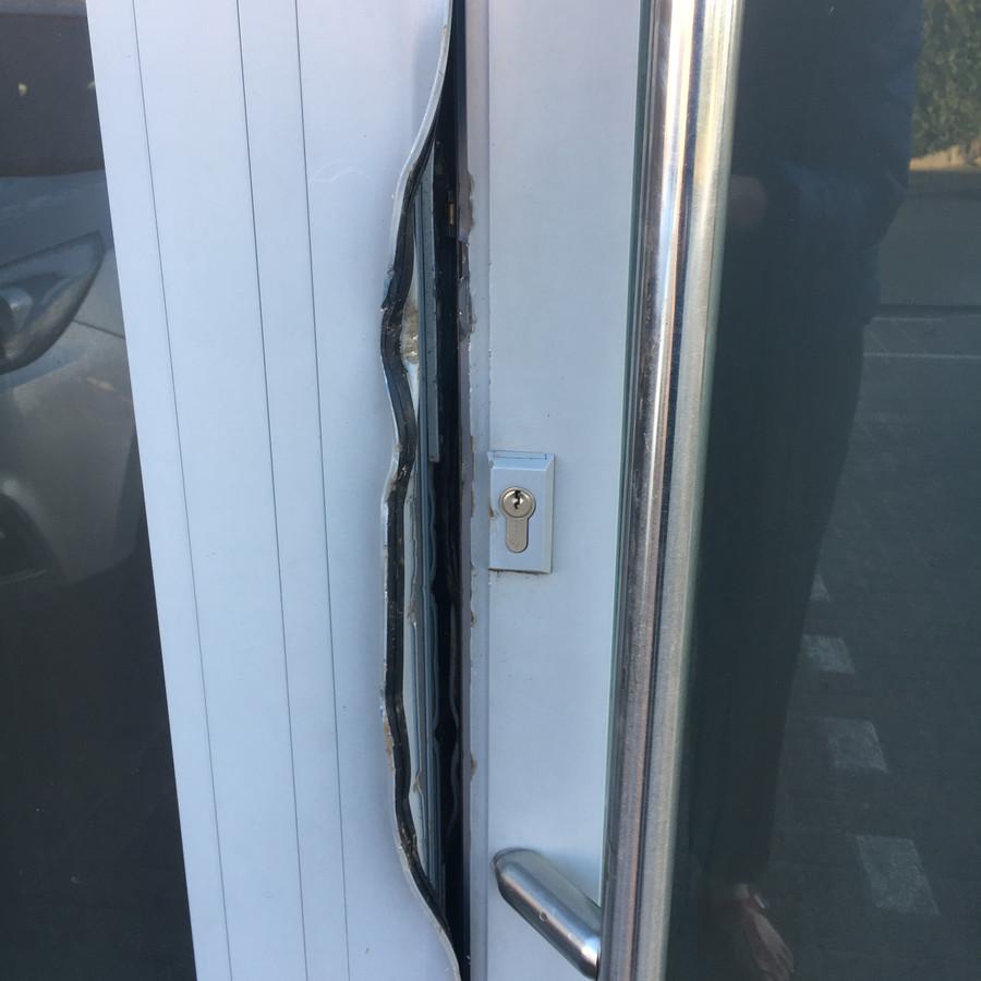 De dieven forceerden de deur met een koevoet.