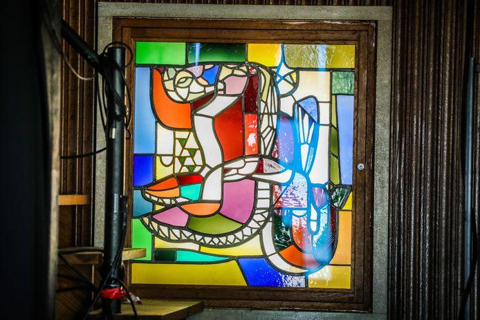 De glasramen van Jo Maes zijn opnieuw zichtbaar.