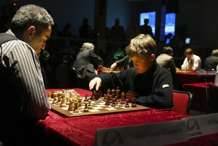 Kasparov tegen Carlsen in 2004. Carlson (toen 13) verloor de wedstrijd, en zei na afloop 'ik speelde als een kind'. Beeld  Knut Bjerke