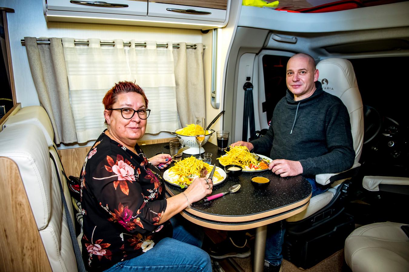 Veerle en Luc genieten van hun campermeal in hun mobilhome aan brasserie de Biertuin in Paal-Beringen.