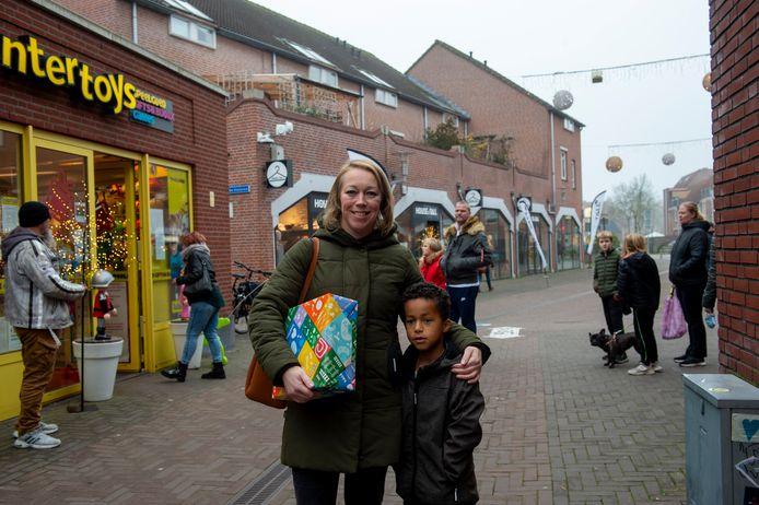 Kristel van de Ven heeft met haar 6-jarige zoon een cadeau voor een verjaardag gescoord. ,,Dat heb ik morgen nodig, daarom heb ik het hier gekocht.''