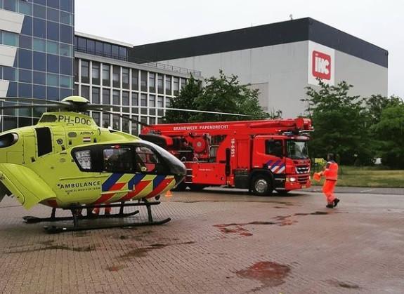 Een man is maandagochtend gewond geraakt bij een bedrijfsongeval in een van de hallen bij scheepsbouwer IHC aan de Smitweg in Kinderdijk.