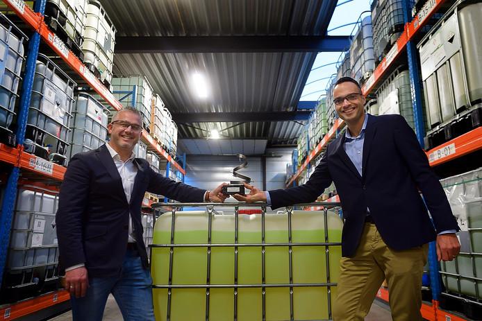 Tristar wint ondernemersprijs, Rick van der Vliet(l) en Paul van den Berg(r) met de trofee tussen hun producten.